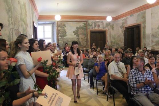 Psali o nás: Absolventi Gymnázia Broumov převzali maturitní vysvědčení