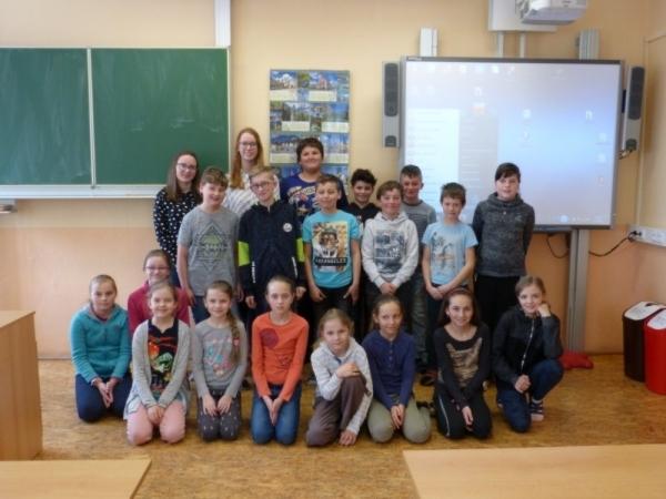 Jeden svět: Studentky kvinty Nicola Sidney a Nicole Házová besedovaly ve Žďárkách
