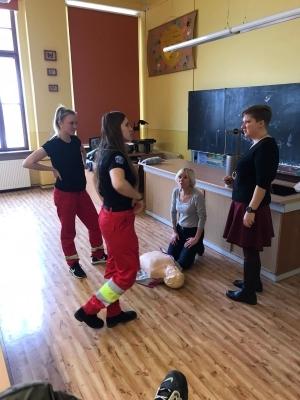 Lucie Repáňová a Nela Volhejnová seznámily studenty s oborem zdravotní záchranář