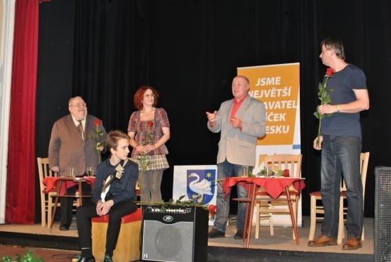 Maturanti z let 1965 a 1972  a budoucí maturant 2021 na společném pódiu: Jan Meier - Broumovsko a Policko literární