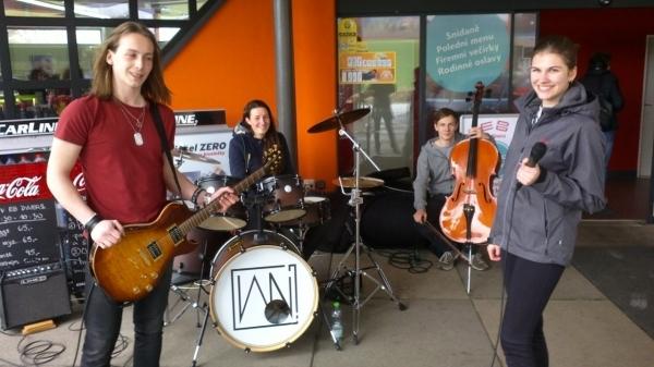 Sledujeme online: Wajnot? On The Road Koncert po benzinkách, aktuálně v 15.00 Eurobit Krhov u Boskovic