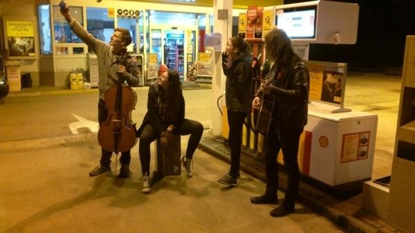 Sledujeme online: Wajnot? On The Road Koncert po benzinkách, aktuálně v 21.55: Benzinka Shell Hustopeče