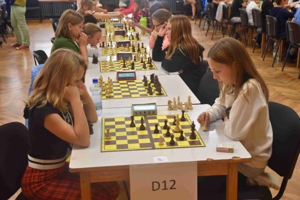 Studují na gymnáziu: Stela Archlebová. nadějná šachistka