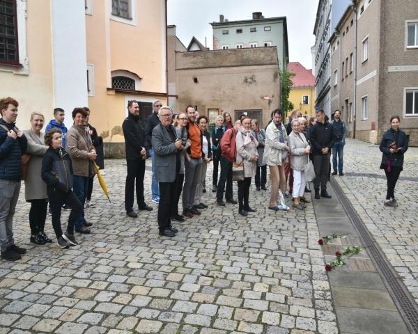 75.výročí českého gymnázia: Slavnostní otevření chodníku významných absolventů