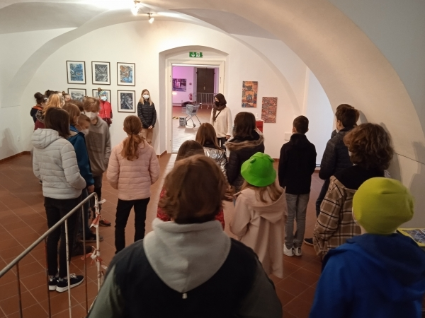 Prima i sekunda navštívily výstavu Michala Škapy v Dětské galerii Lapidárium v klášteře.